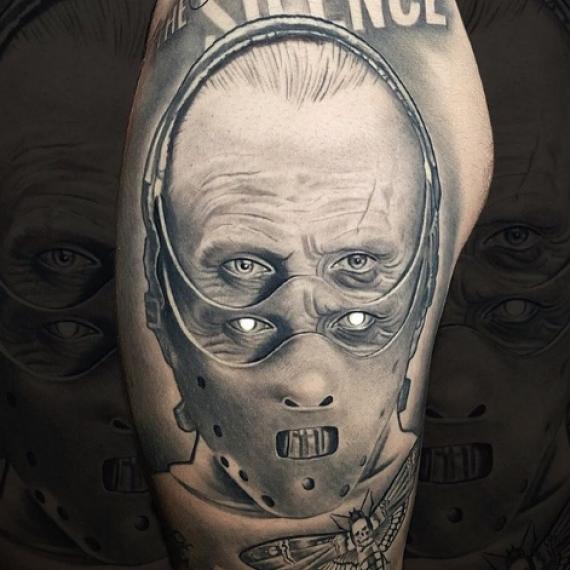 Tatuaje en el brazo para hombre silencio corderos