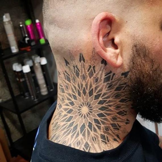 Tatuaje mandala en el cuello1